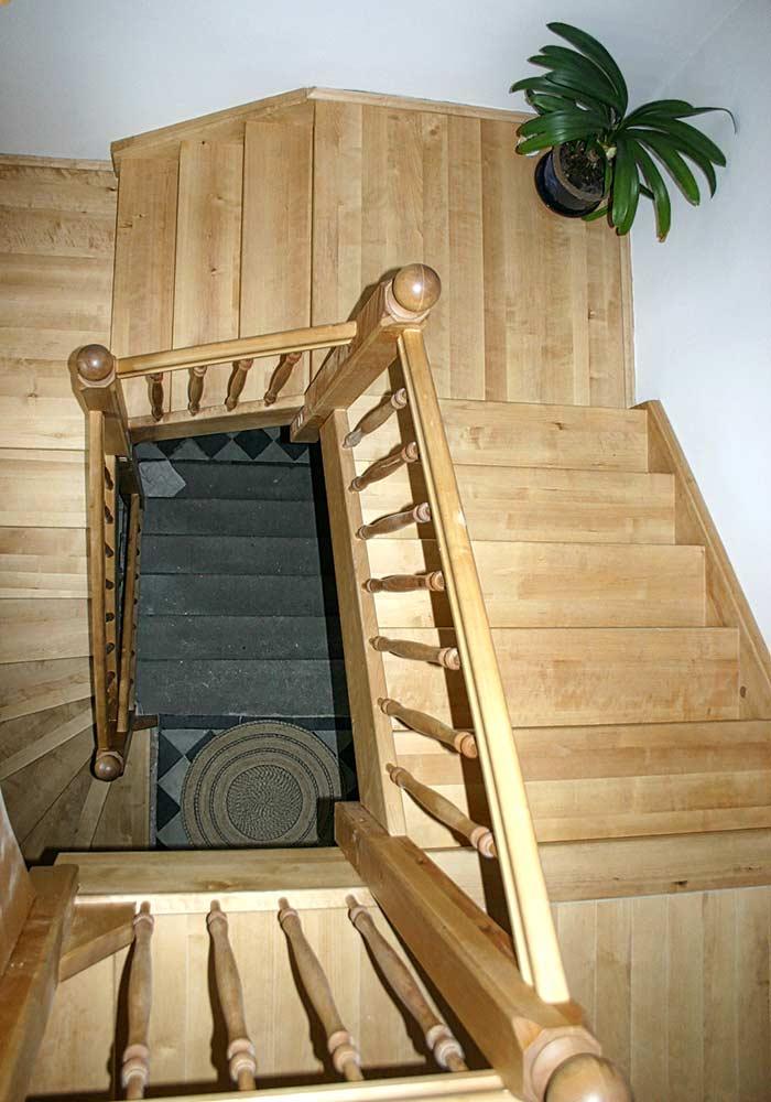 ¼ gewendelte, dreiläufige Treppe mit Zwischenpodesten Birke geölt mit gedrechselten Geländerstäben