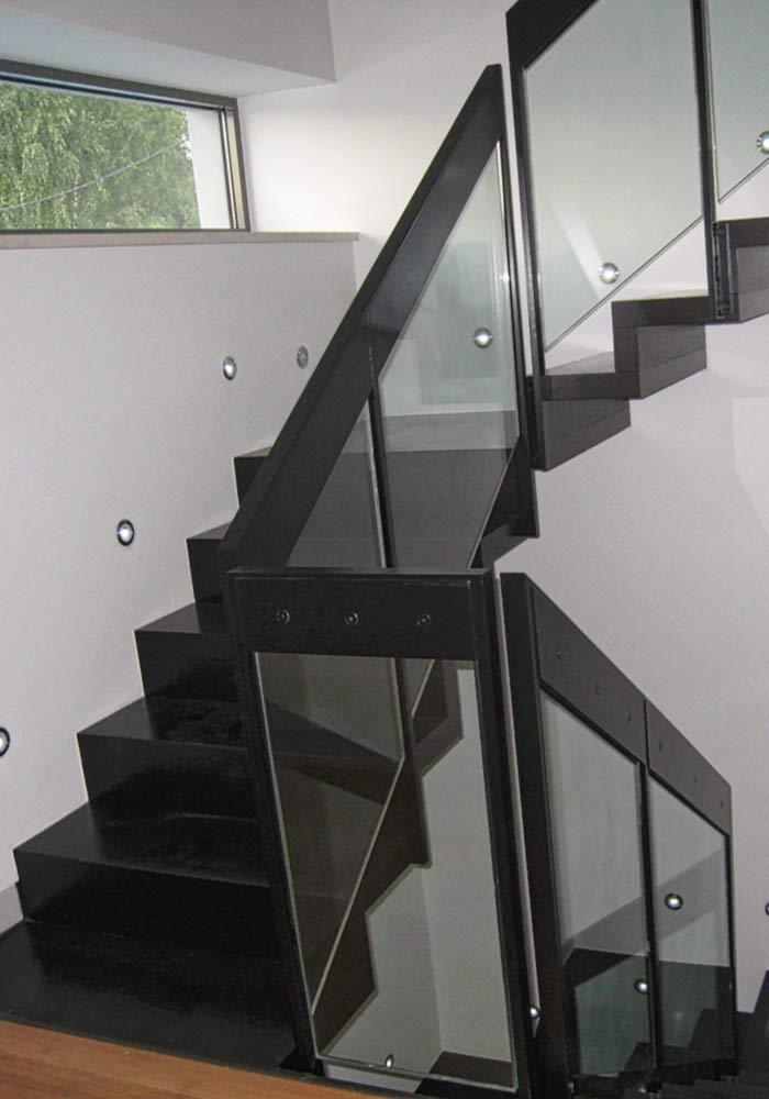 Faltwerktreppe Eiche, gebeizt, mit Zwischenpodest und Stahl-Glasgeländer