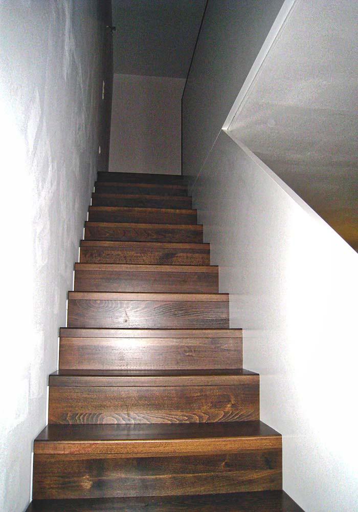 Faltwerktreppe, weiße Wangen aus Vollplatte, gebeizte Stufen