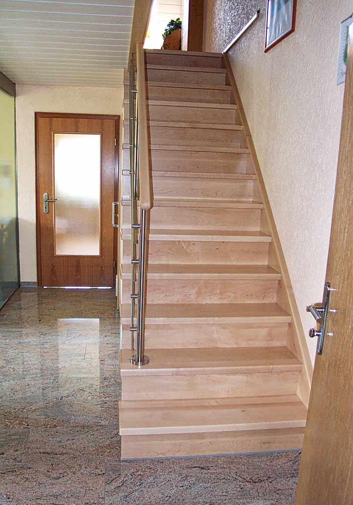 Gerade Treppe, Freiwange aufgesattelt und mit Wand unterbaut, Edelstahlgeländer, , Ahorn kanadisch
