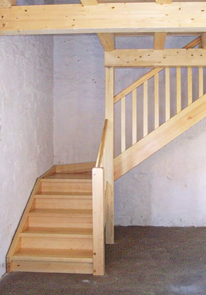Gerade zweiarmige Treppe, Zwischenpodest mit geraden Stäben, Fichte