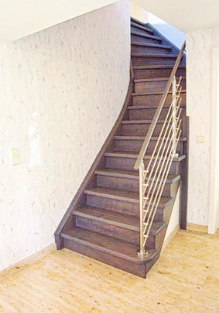 Gebeizte Treppe mit Edelstahlgeländer