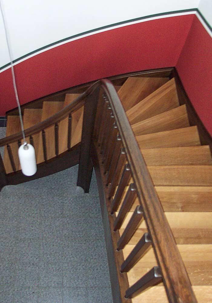 Komplettes Treppenhaus, Art Deco ähnlich, Stufen Eiche, gebeizt