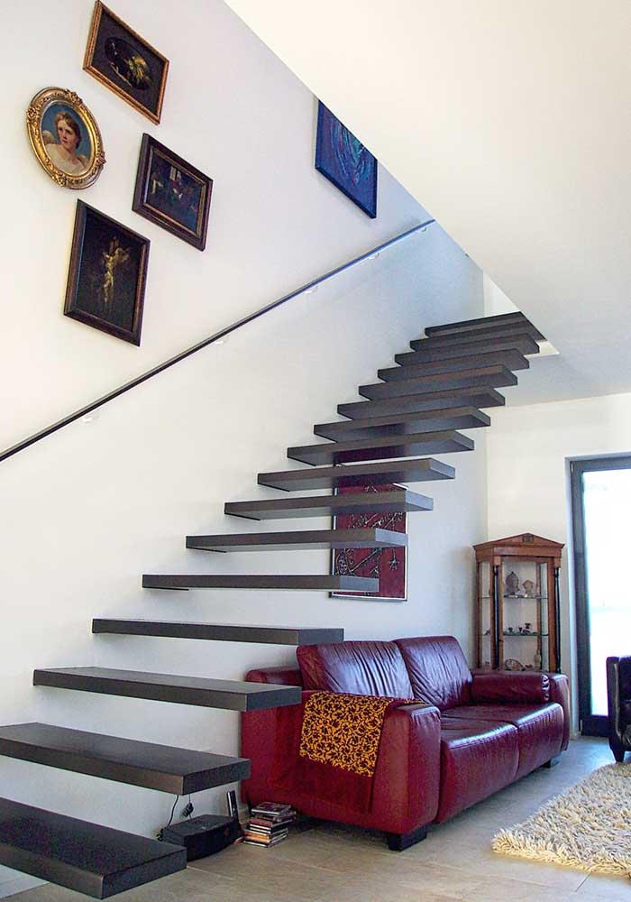 gerade Treppe mit nur in der Wand verankerten Stufen aus Buche, gebeizt