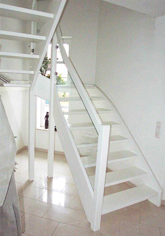 Treppe Buche weiß, mit Zwischenpodest und Glasgeländer