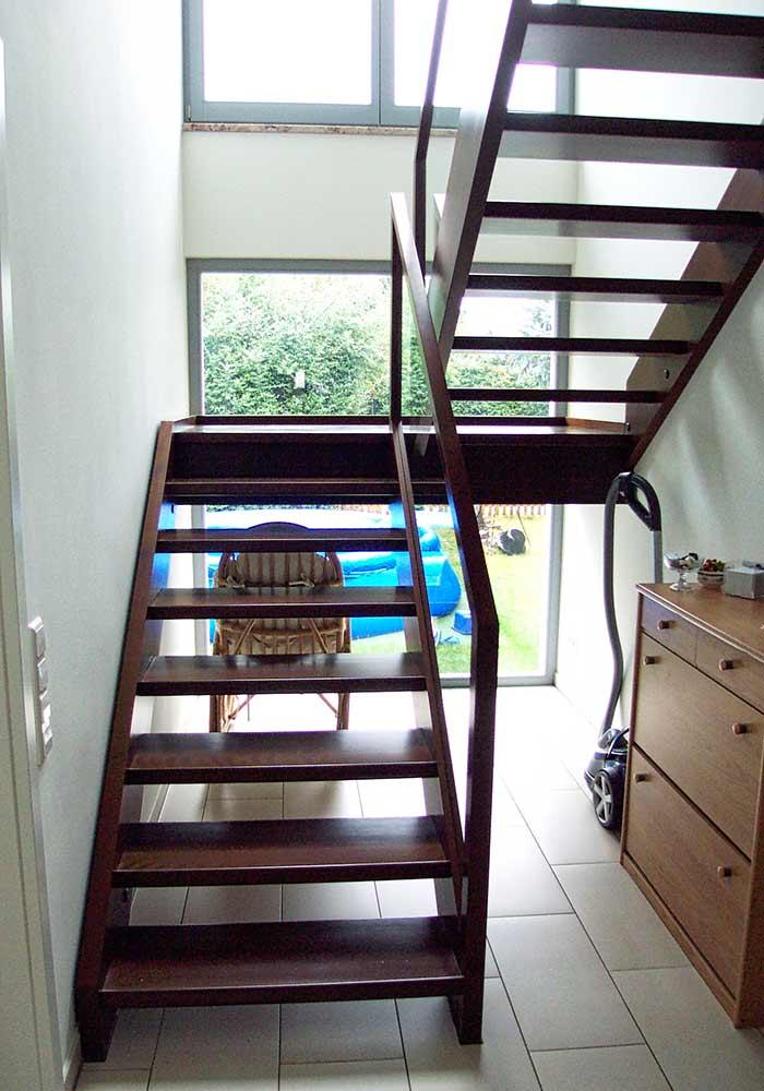 """gerade Treppe, zweiarmig mit Zwischenpodest Buche """"Thermo"""", mit Glasgeländer"""