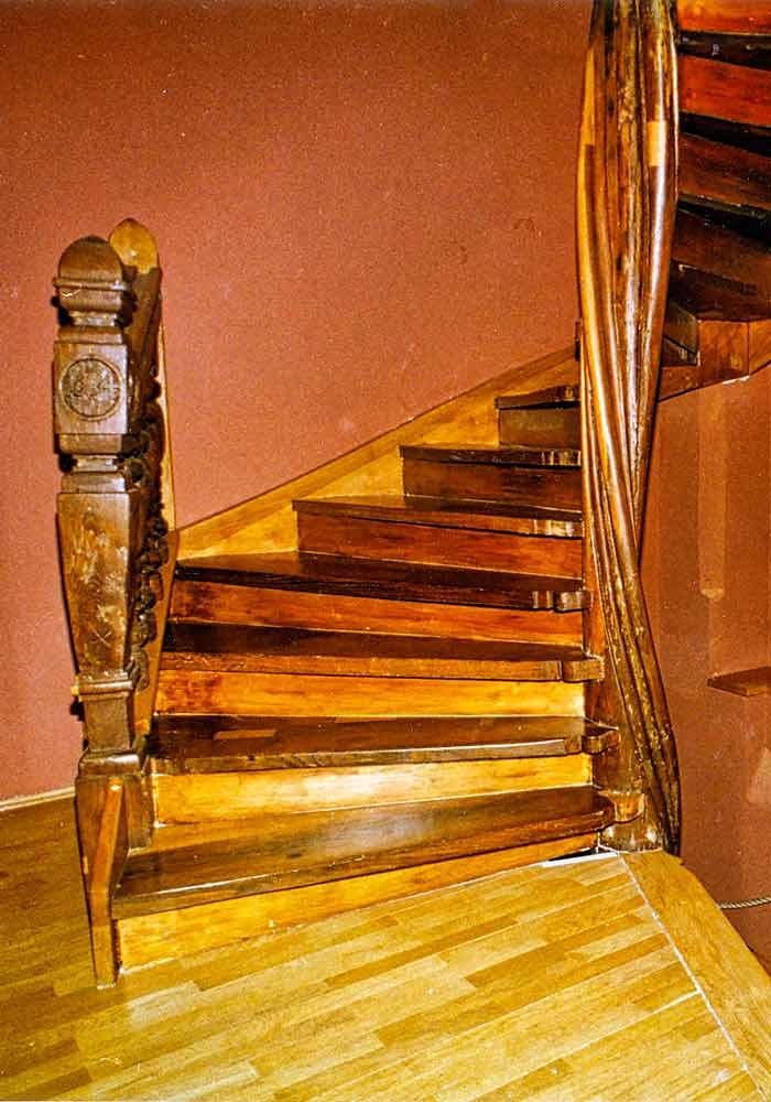 Gesamtausbau der zweistöckigen Treppe Herstellung neuer Wangen und Einstemmung