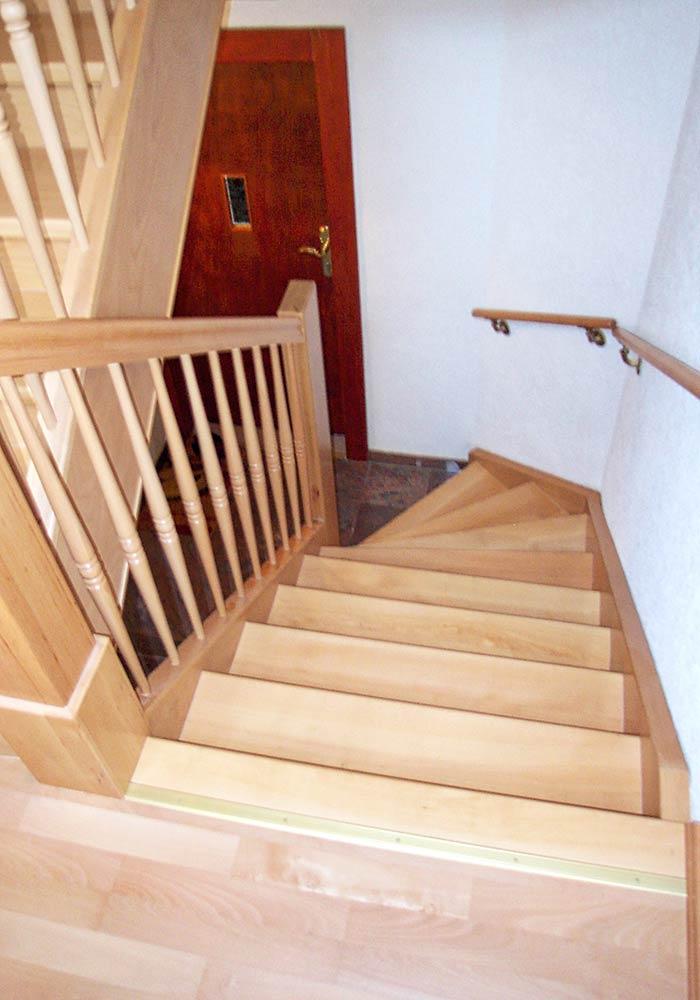Treppensanierung durch Aufdopplung der Stufen seitlichen Wangen, Pfostenverkleidung