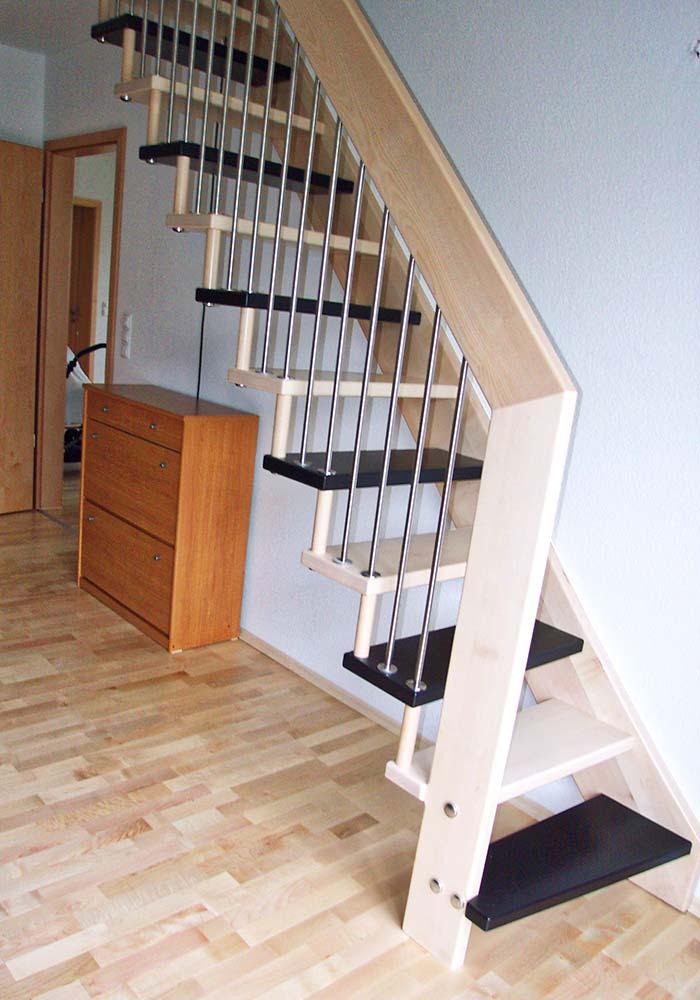 angewendelte Stabtragende Treppe, Ahornstufen wechselnd gebeizt