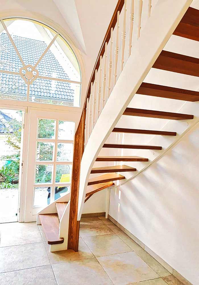Viertel gewendelte Treppe mit Krümmlingen und eingearbeiteten Handlauf