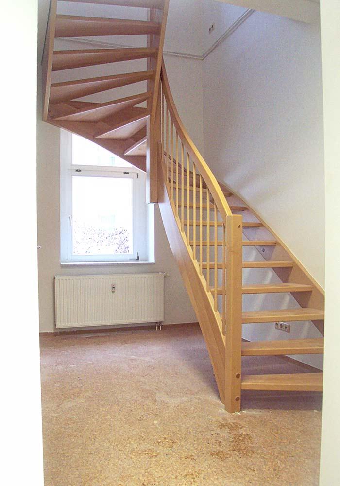 Treppe halbgewendelt, offen aus Buche mit hängender Eckspindel